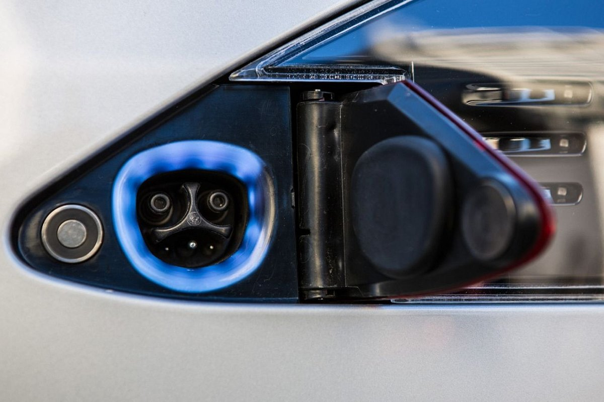 Tesla Model X P90D chargeport photo