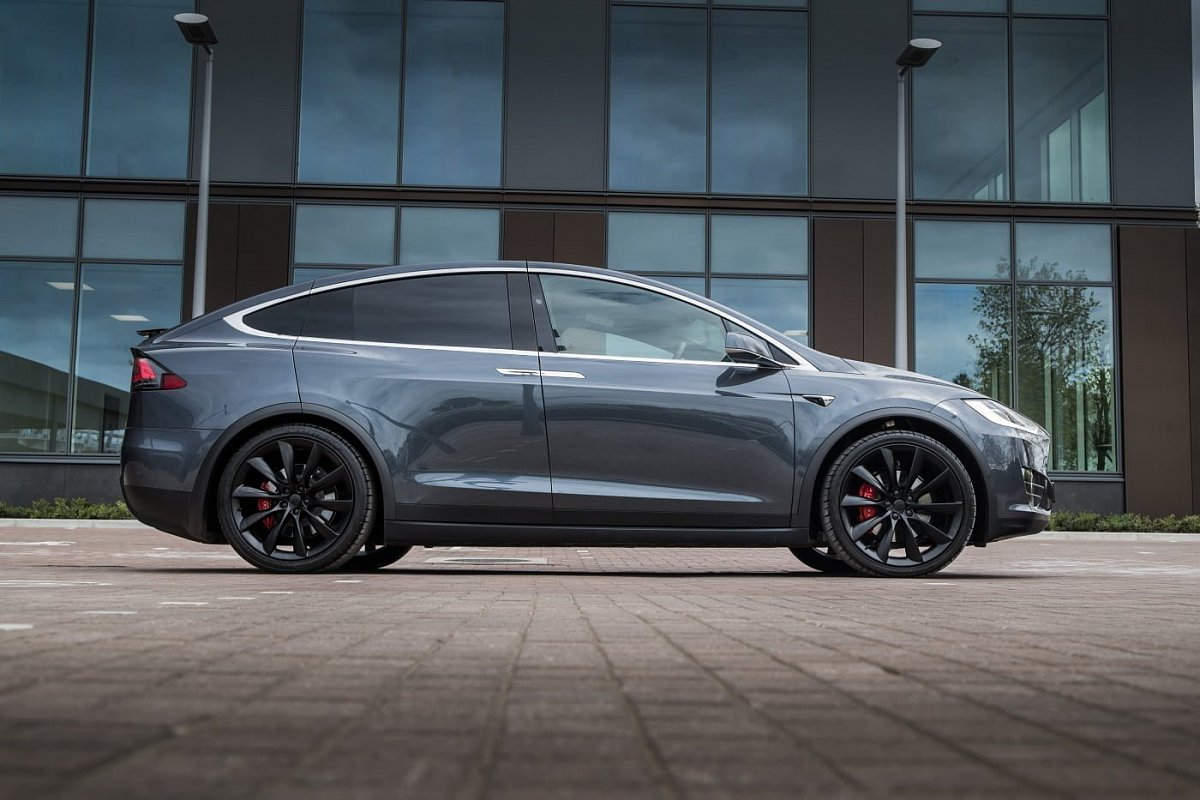 Tesla Model X P90D side view photo